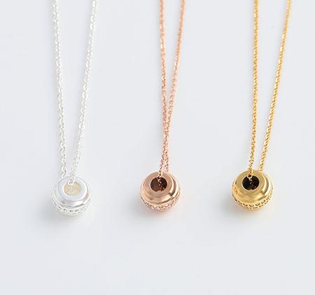 Round diamond pendant necklace