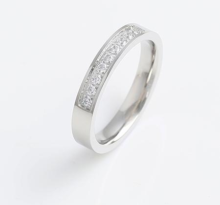 Single row diamond-studded titanium steel ring