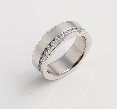 Wide-faced single row diamond-studded titanium steel ring